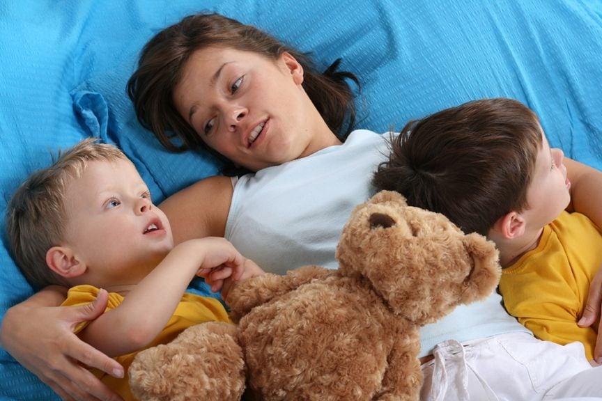 Mutter mit Kindern im Bett,Mutter und ihre kleinen Söhne im Bett