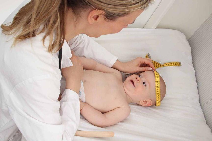 Ärztin misst den Kopfumfang