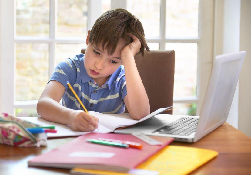 Kind sitzt zu Hause und lernt