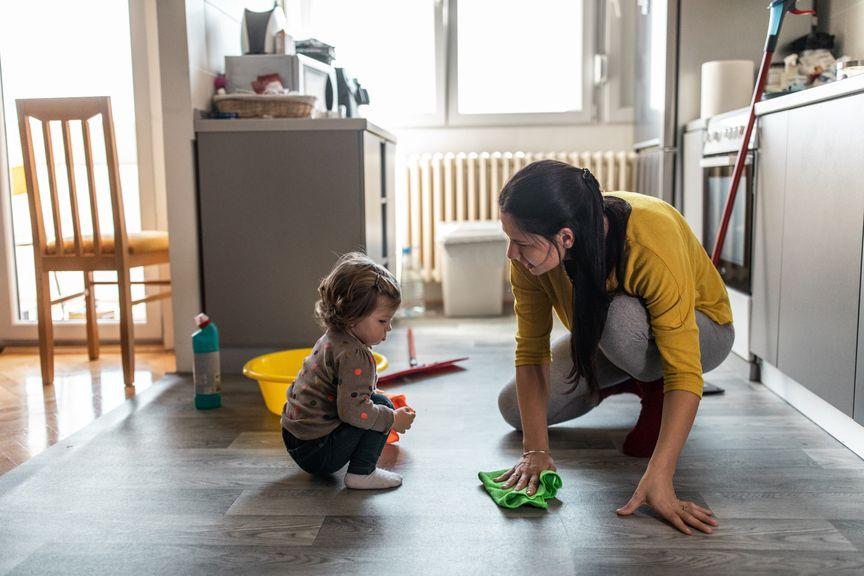 Mutter mit Baby macht Hausarbeit