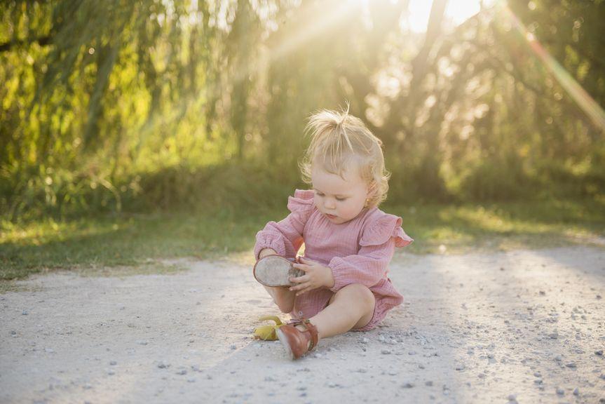 Kind zieht die Schuhe an