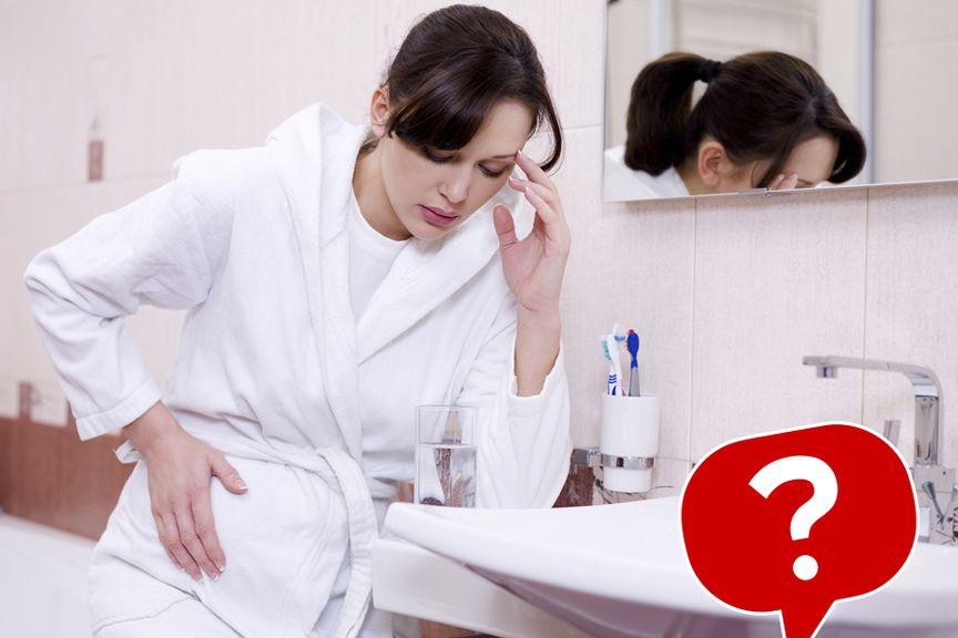 Frau, im Bademantel, hält sich den Bauch, mit Icon
