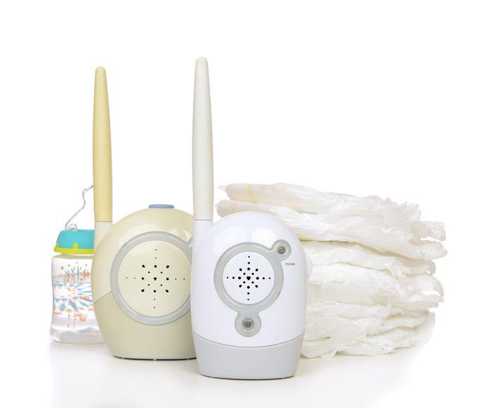 Babyphone, Schoppfenflasche und Windeln