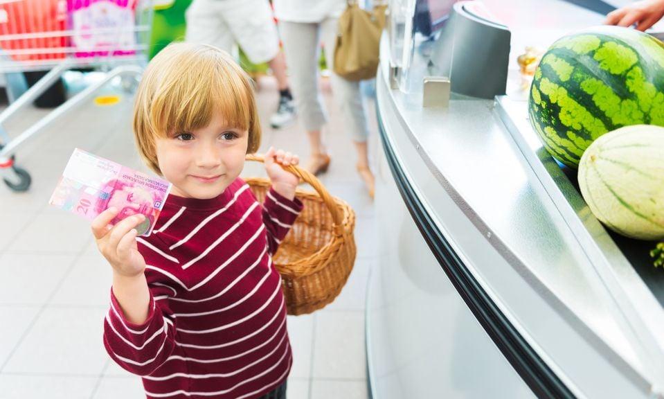 Kind an der Kasse im Supermarkt