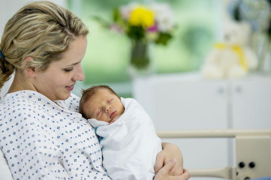 Mutter mit Neugeborenem im Spital