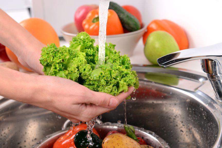 Salat unter fliessendem Wasser
