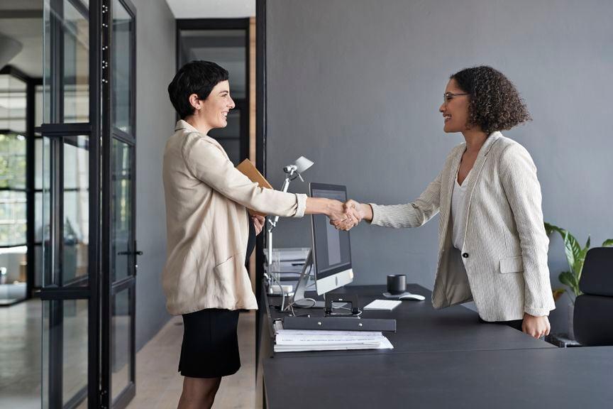 Schwangere Frau im Gespräch mit Chefin