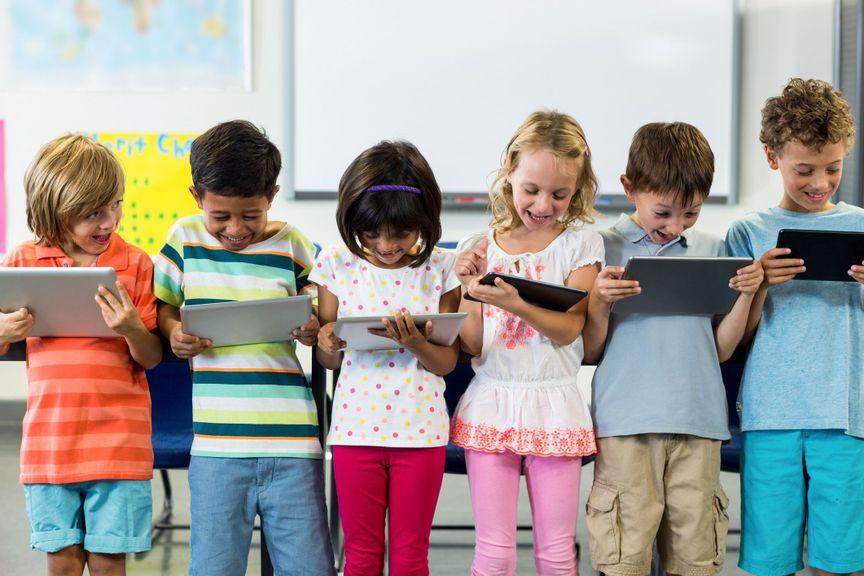 Kinder mit dem Tablet in der Schule