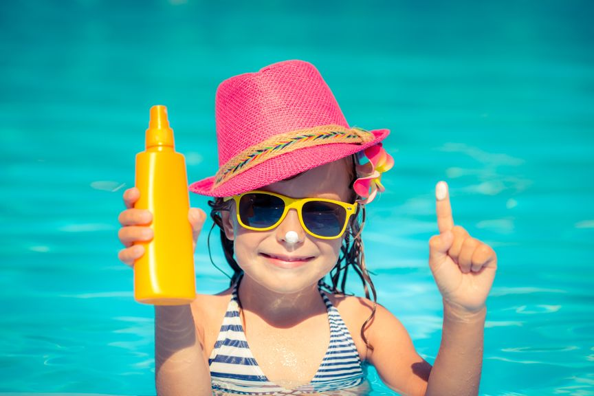 Kind im Pool mit Sonnencrème