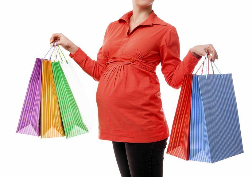 Schwangere mit farbigen Einkaufstaschen