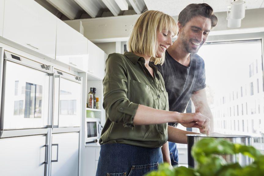 Paar kocht zusammen