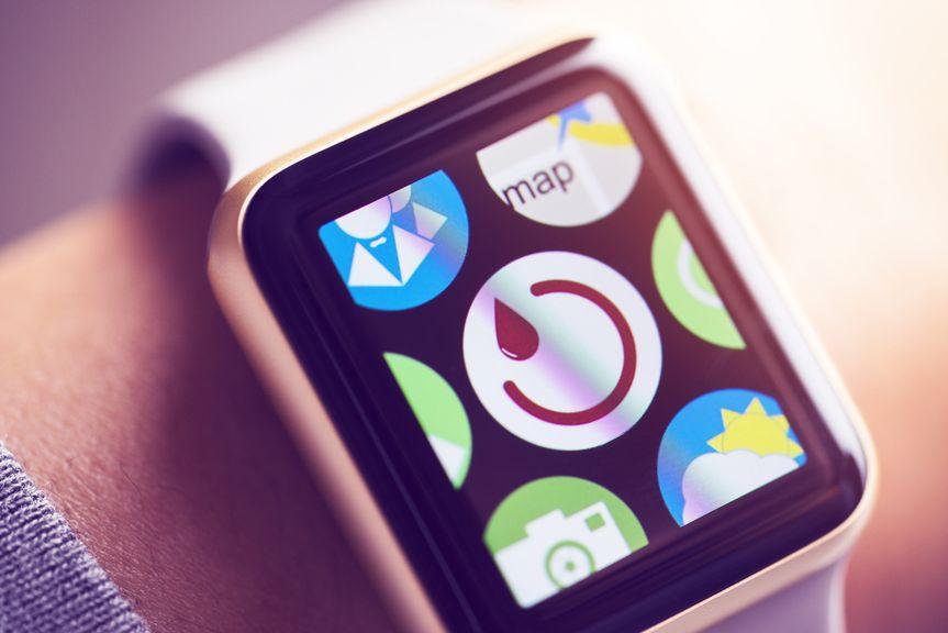Fruchtbarkeits App auf Armbanduhr am Handgelenk