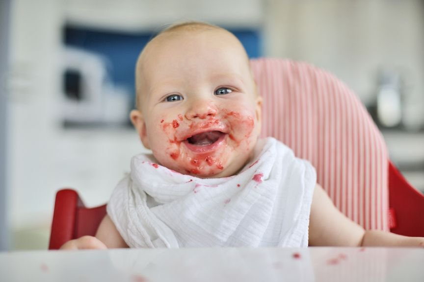 Baby mit verschmiertem Mund