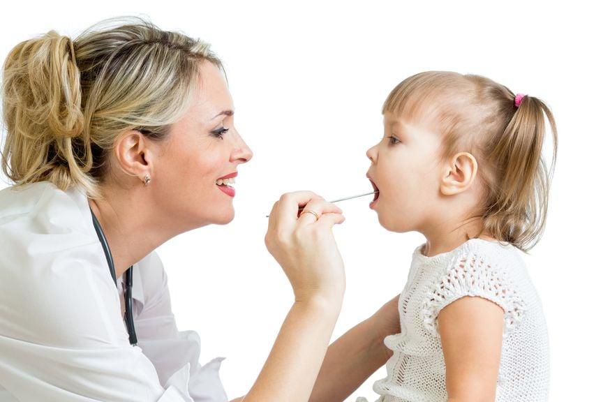 Ärztin schaut Kind in den Mund