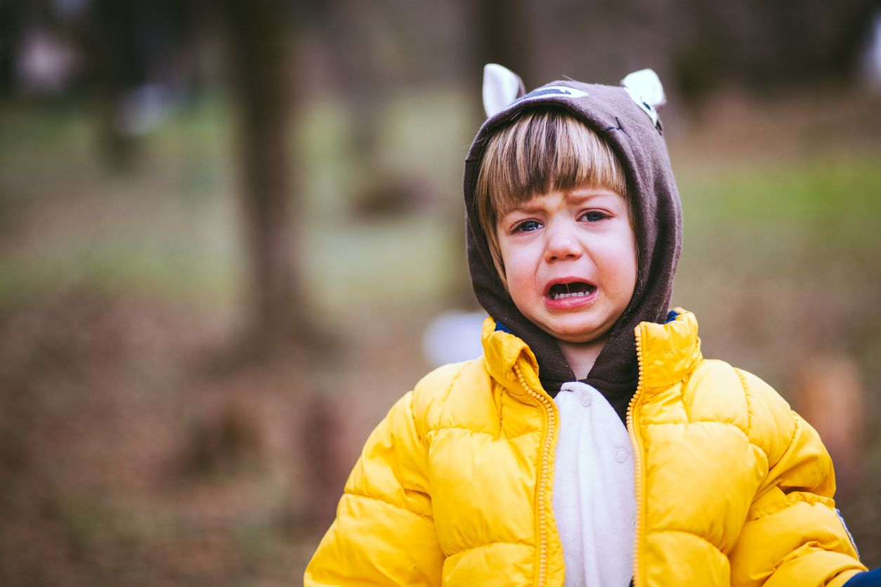 weinendes Kind mit Kapuze