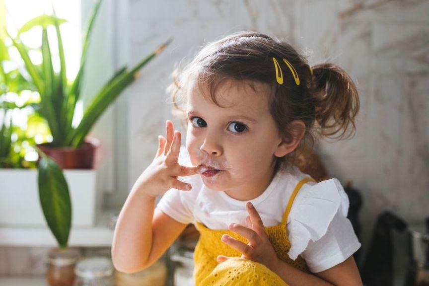 Kind isst mit den Fingern