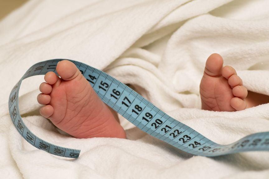 Babyfüsse mit Zentimeter