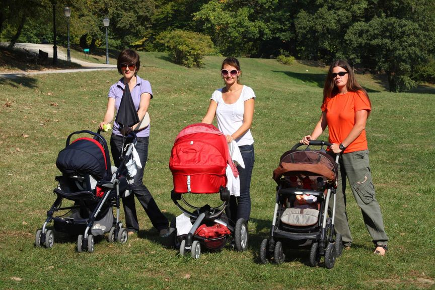 Drei Mütter mit Kinderwagen im Park