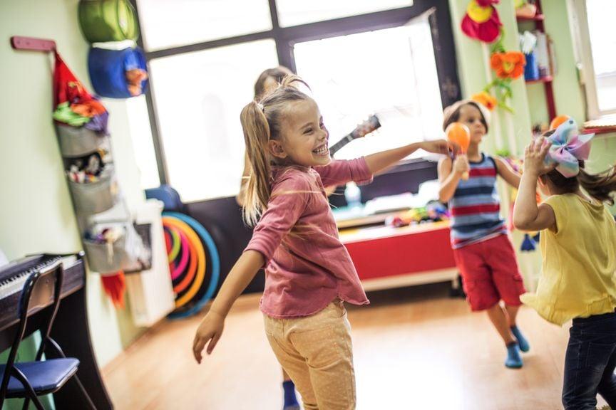 Kindergruppe macht Musik in der Kita