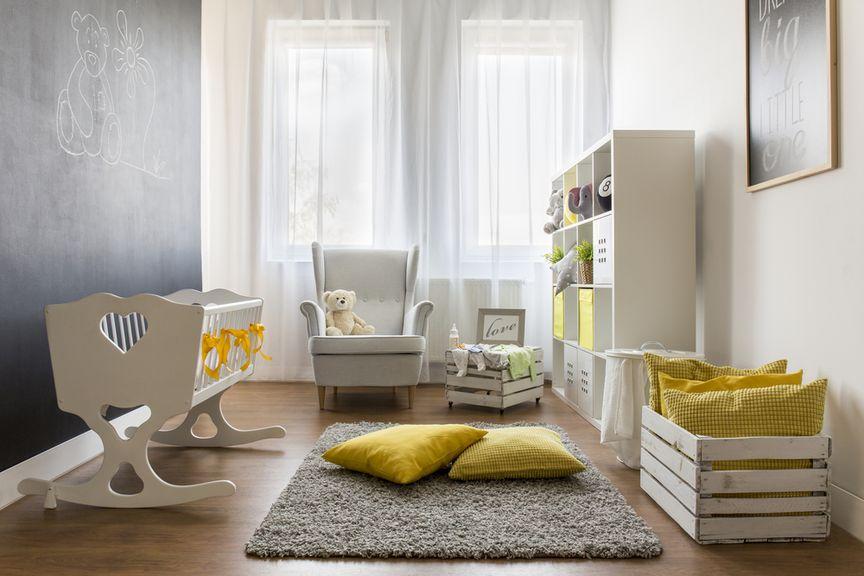 Kinderzimmer mit Wiege, Teppich und Kissen