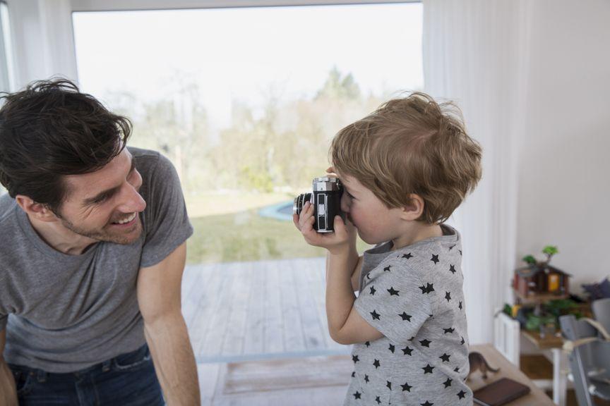 Kind fotografiert seinen Vater