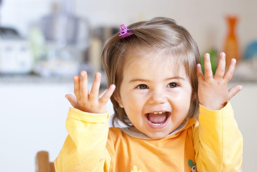 Mädchen hält die Hände hoch und zeigt die Finger