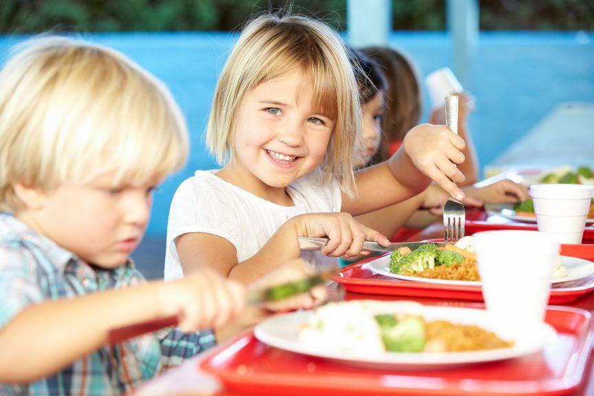Kinder essen gemeinsam am Tisch