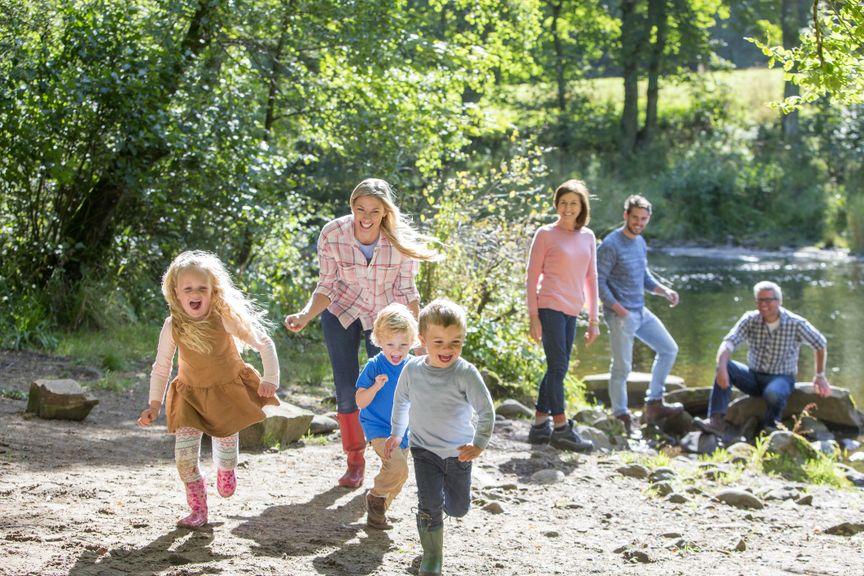 Kinder, Eltern und Grosseltern am See