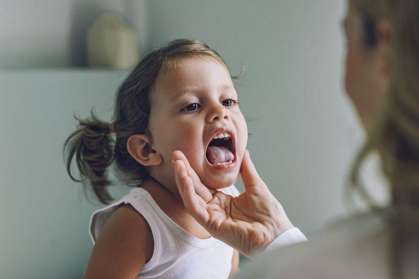 Rachenuntersuchung bei einem Mädchen