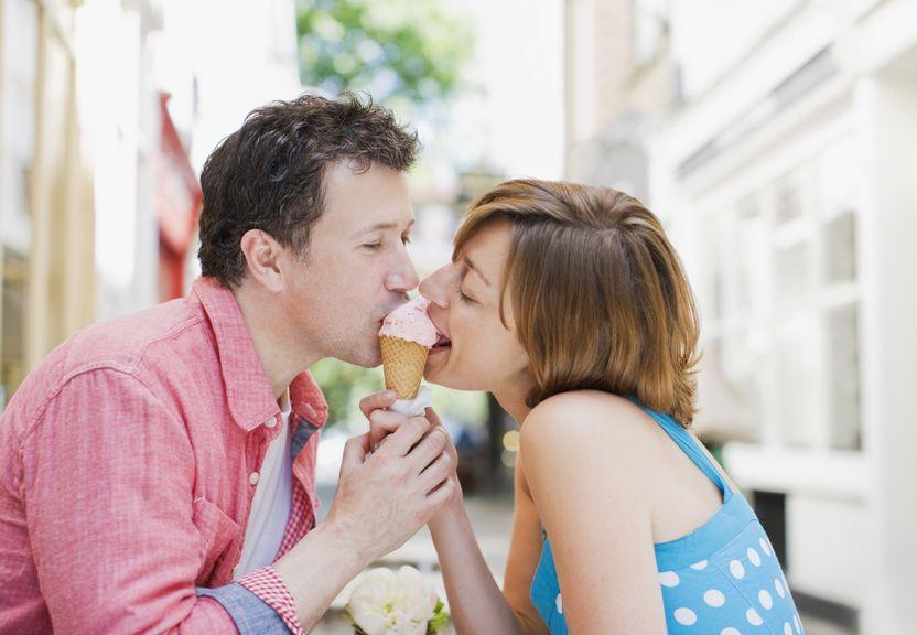 Paar isst gemeinsam an einem Glacé