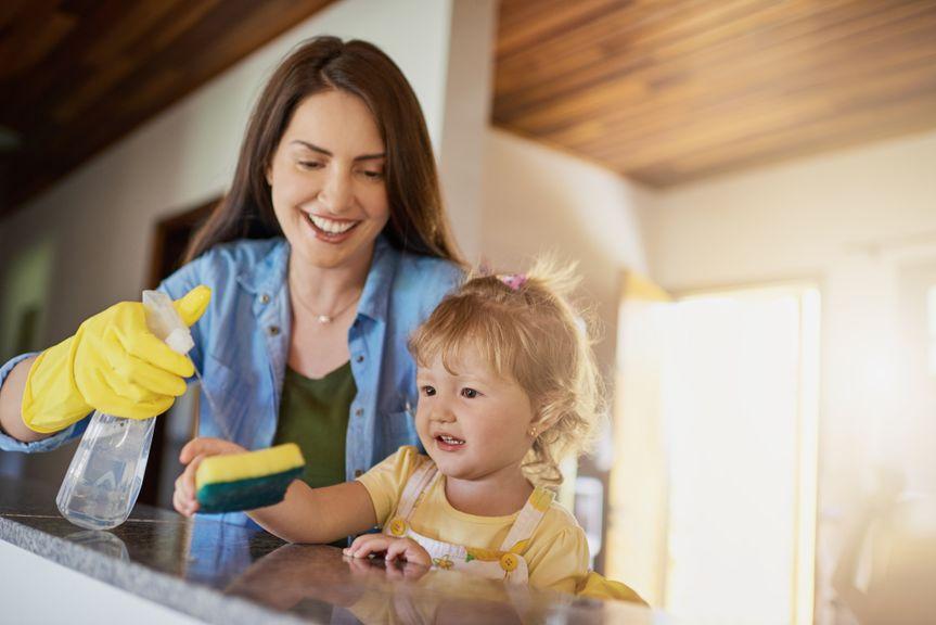 Mutter mit Kind beim Küche putzen