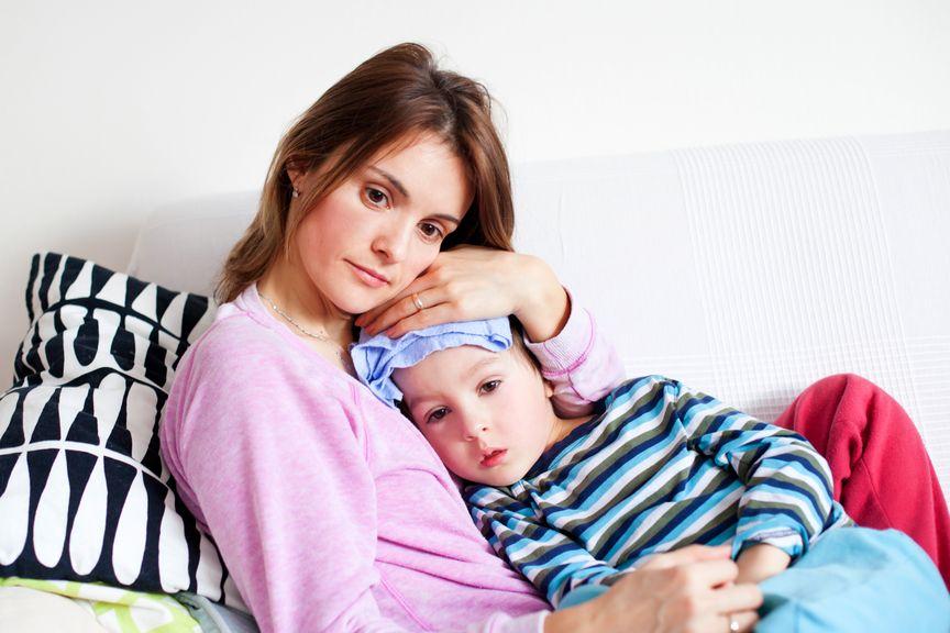 Mutter hält krankes Kind im Arm