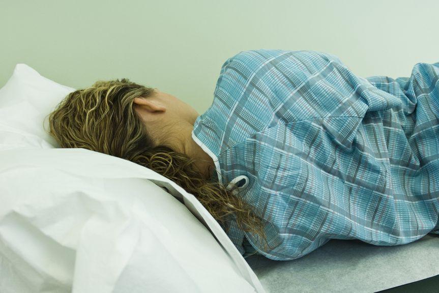 Frau liegt auf dem Untersuchungsbett