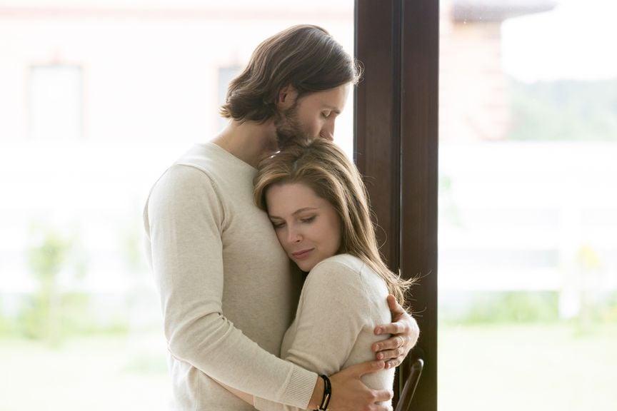 Trauriges Paar umarmt sich