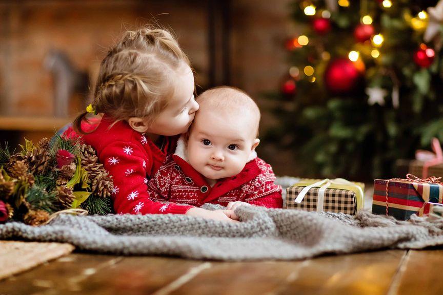 Geschwister im Weihnachtszimmer