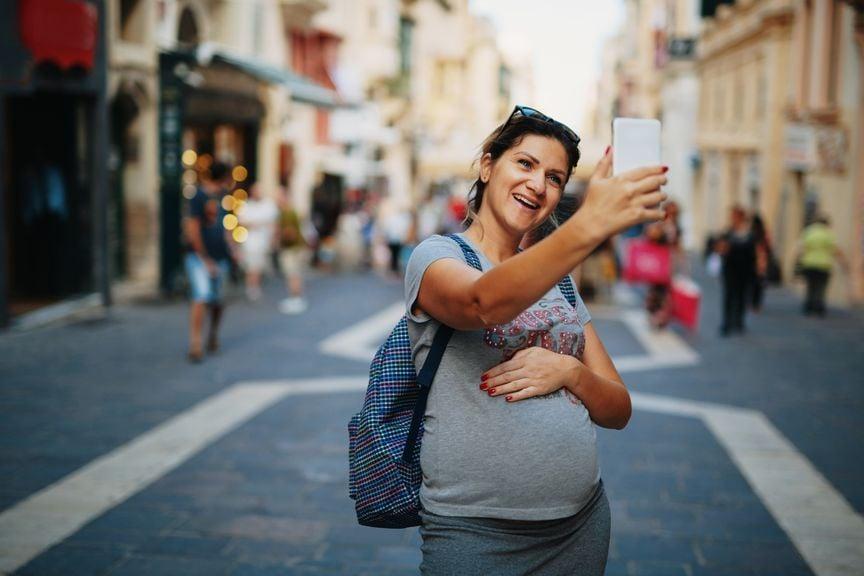 Schwangere macht Selfie
