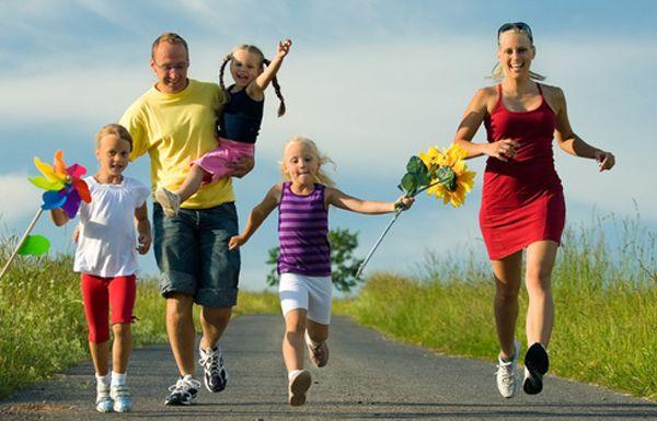 Familie mit drei Kindern auf dem Wanderweg,Familie mit drei Kindern rennt eine schmale Landstrasse entlang
