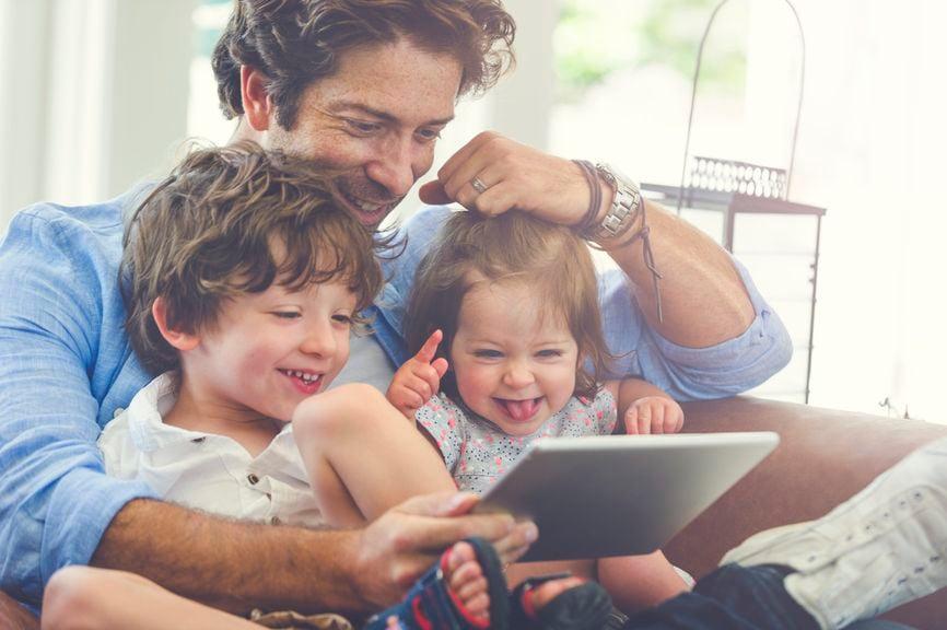 Vater und Kinder mit Tablet