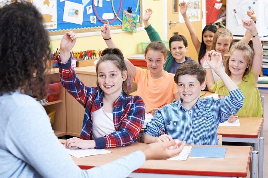 Schulklasse mit Lehrerin beim Unterricht