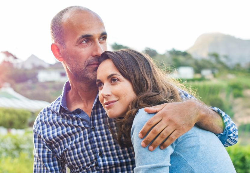 Nicht mehr ganz junges Paar in Umarmung