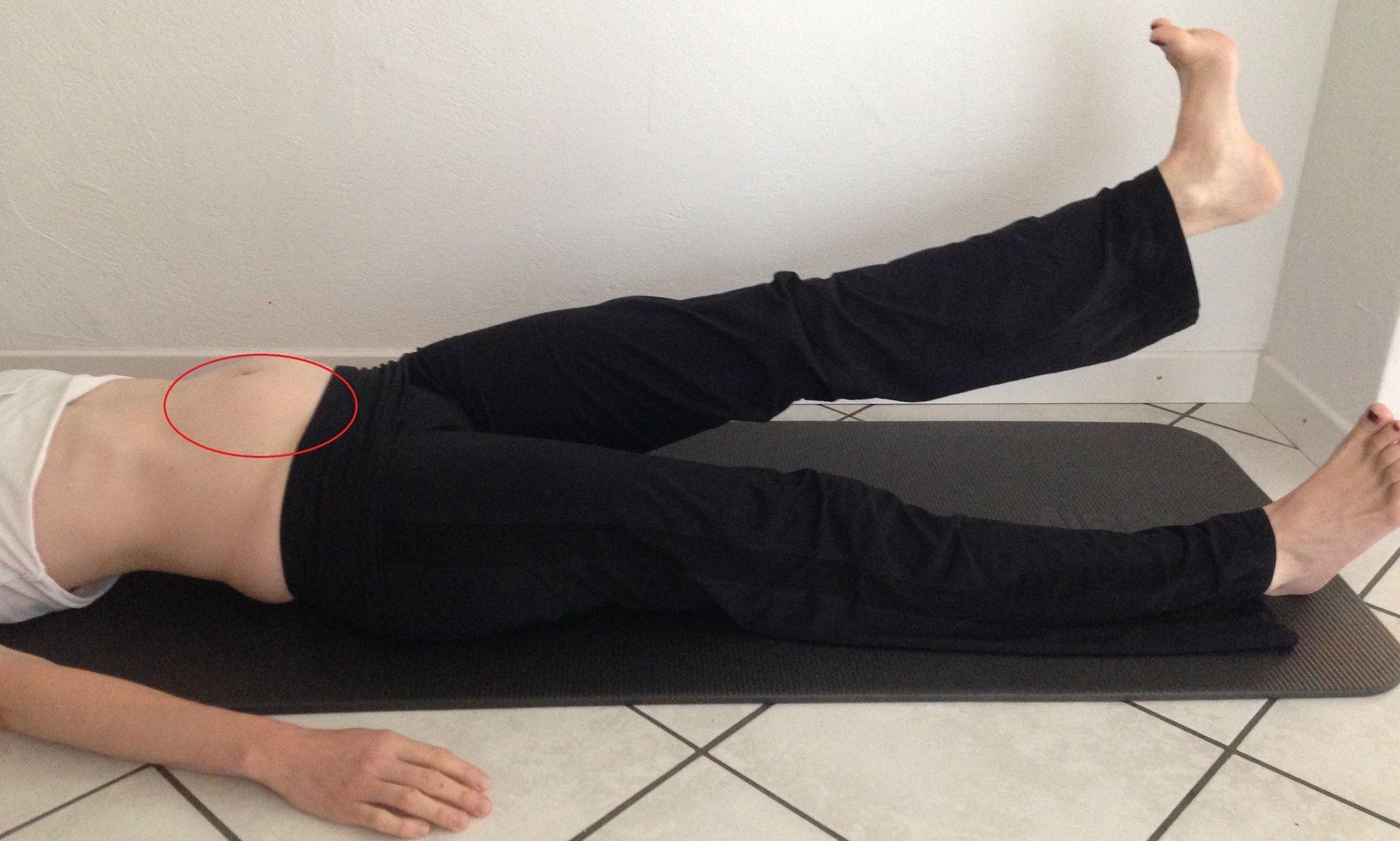 Frau macht Bodenübungen