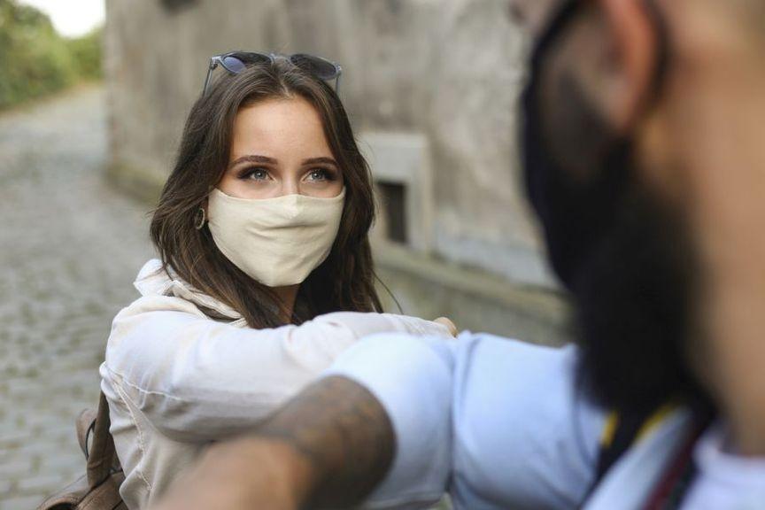 Begrüssung mit Maske