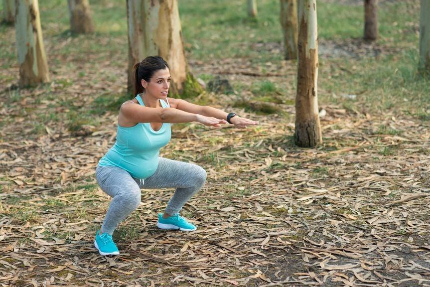 Schwangere beim Sport im Wald
