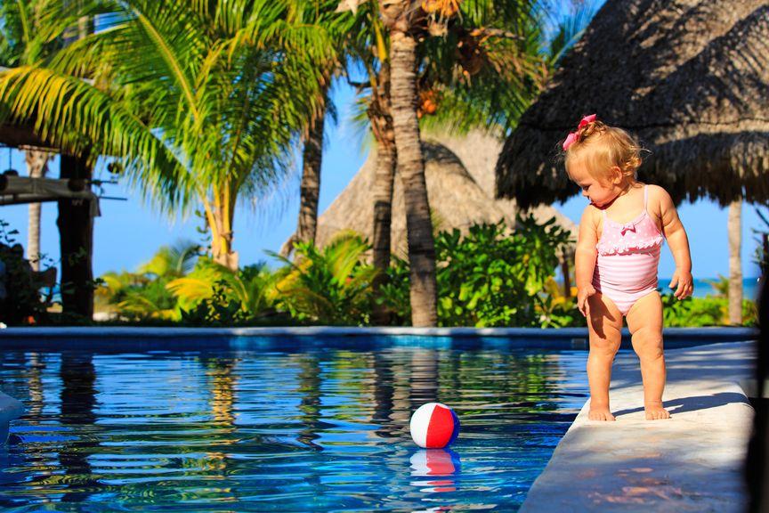 Kind am Rand eines Pools