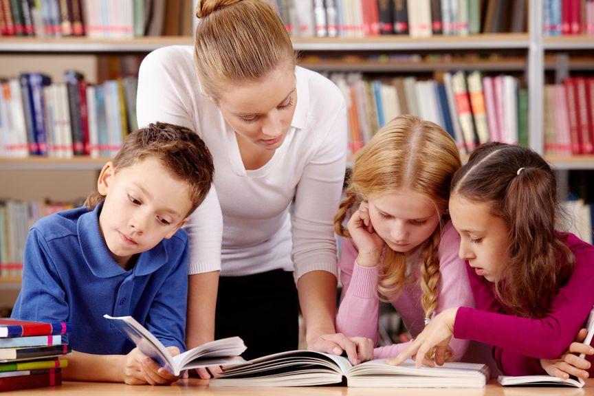 Erwachsene hilft bei den Schulaufgaben